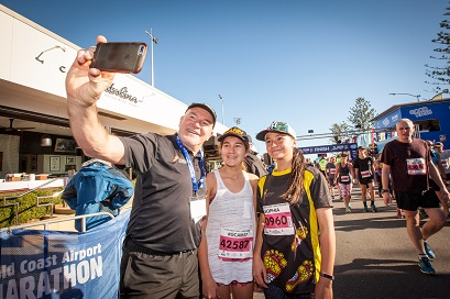 Rob de Castella taking a selfie with his daughter and another participant